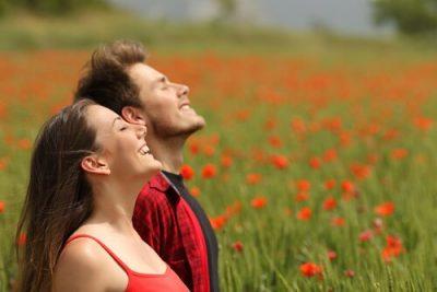 Mujer-hombre-respirando-al-aire-libre
